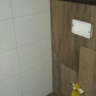toilet wand en vloertegels