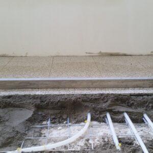 terrazo vloertegels leggen in de specie