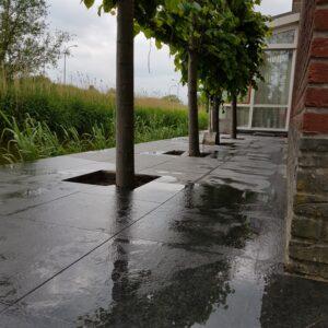 natuursteen vloertegels op terras leggen
